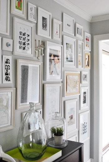 pared con muchos cuadros
